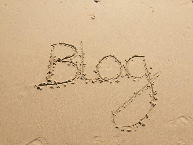 砂に書かれたBlogの文字