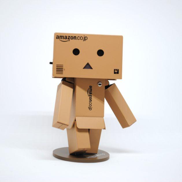 Amazonの箱でできた人形