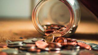 瓶からこぼれるコイン