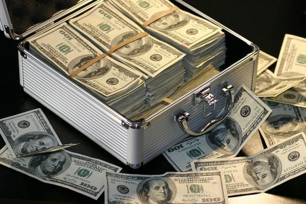 ドル紙幣がジュラルミンケースいっぱいに入った写真