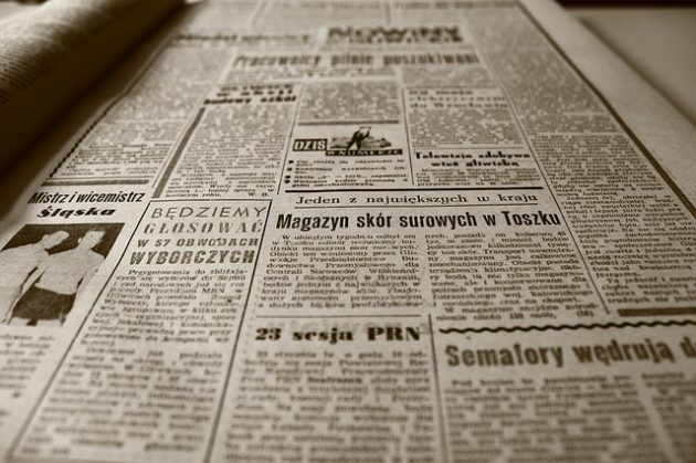 古い新聞が床一面に広がった写真