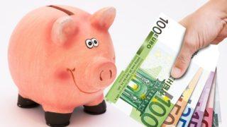 豚の貯金箱にお札の写真