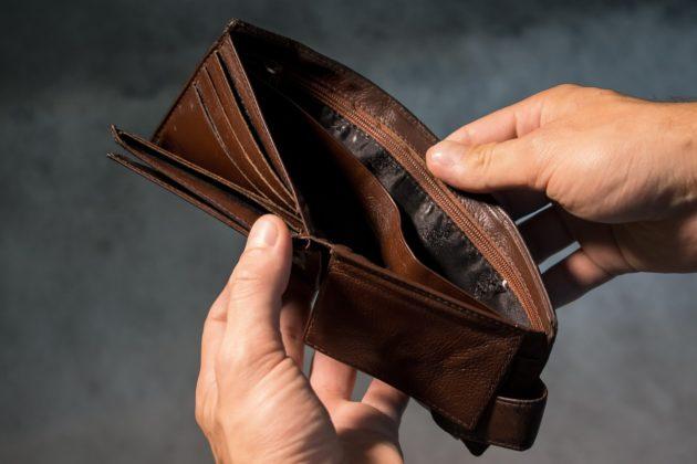 すっからかんの財布の写真