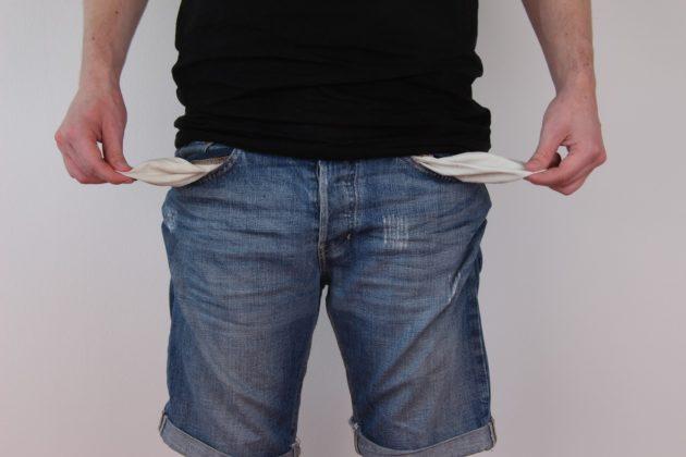 ジーンズのポケットを外に出して何も持っていない状態をアピールした写真