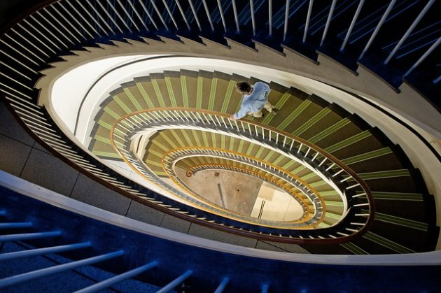 螺旋階段と降りていく人間