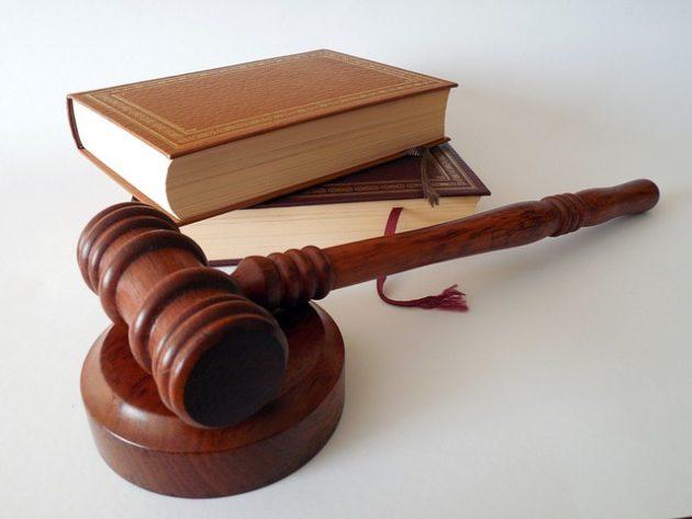 裁判で使う木づちと法律書