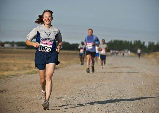 マラソン競争で抜け出す女性の写真