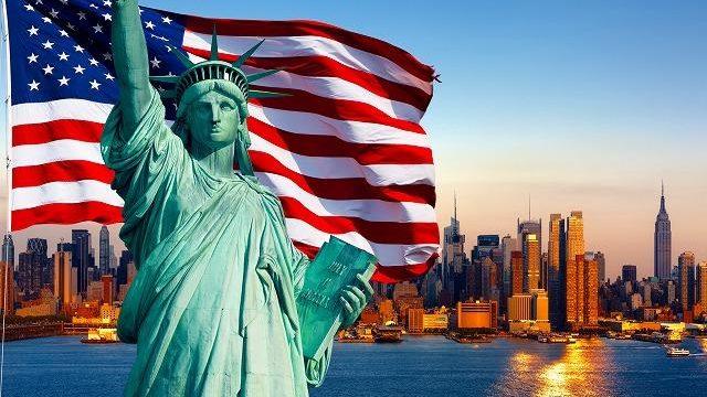 自由の女神とアメリカ国旗